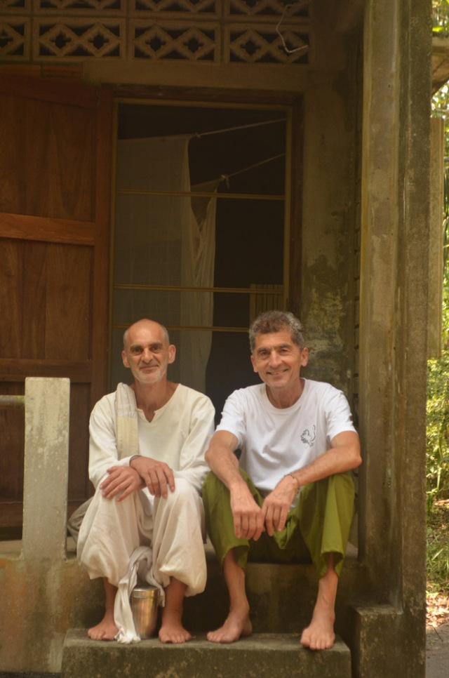 In front of my kuti with Tamchőe Cabrera, neighbor and companion on the way